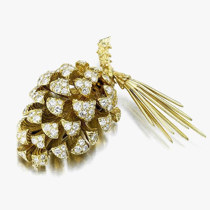 Брошь-шишка из золота с бриллиантами от Дональда Клафлина для Tiffany & Co.