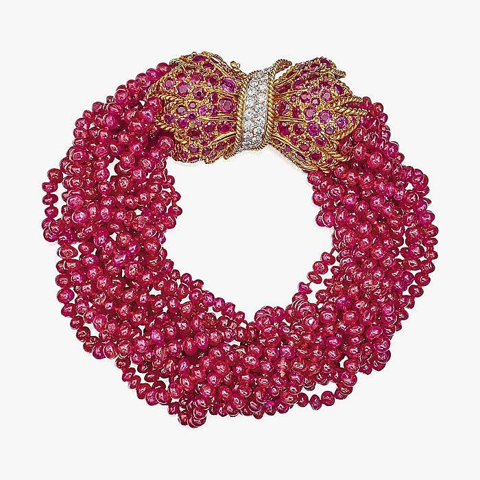 Браслет, собранный из множества нитей и сотен ярко-алых рубиновых бусин