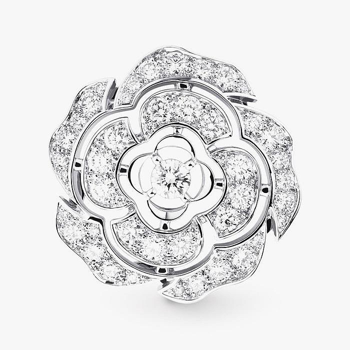 Нежная брошь из белого золота с бриллиантами от Chanel