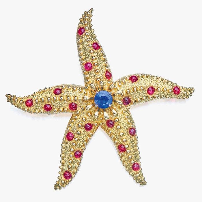 Брошь в виде морской звезды с круглым сапфиром в центре и рубиновыми кабошонами