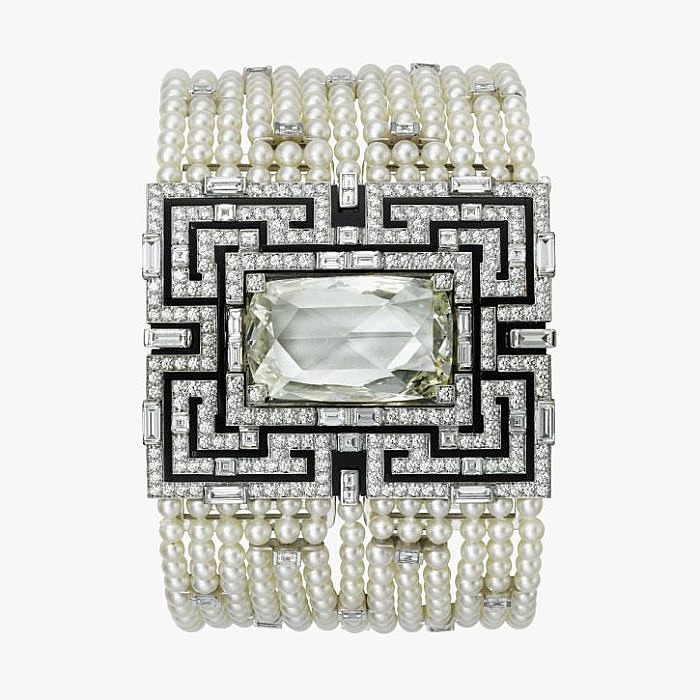 Широкий браслет с потайным циферблатом от Cartier