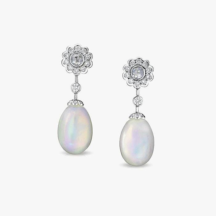 Серьги Faberge с бесцветными бриллиантами и опалами в белом золоте