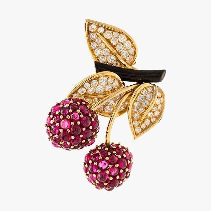 Брошь из желтого золота с рубинами, бриллиантами и эмалью от Van Cleef & Arpels