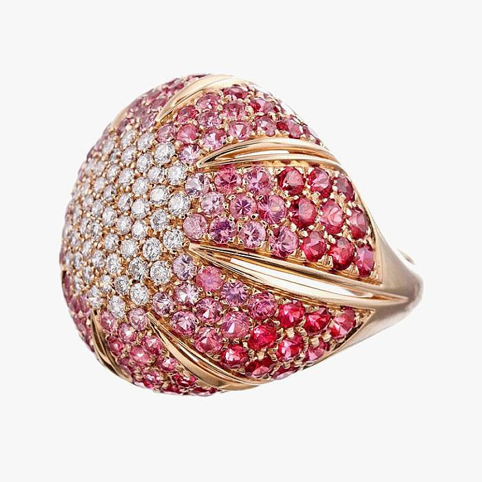 Бриллианты и сапфиры в массивном кольце от Damiani