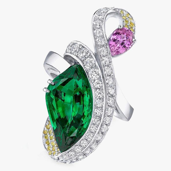 Кольцо Omi Prive с цаворитом, желтыми и бриллиантами и сапфиром