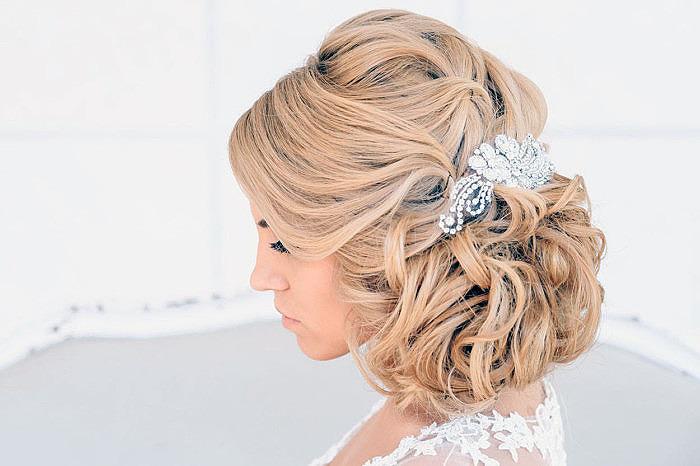 Свадебная прическа на короткие волосы с заколкой