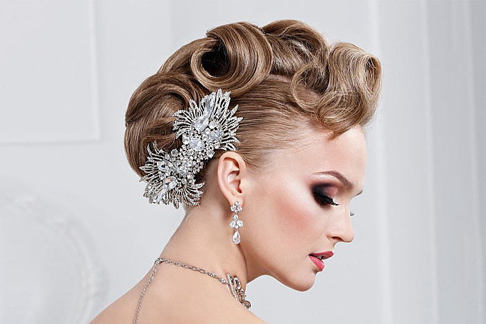 Свадебная прическа с собранными длинными волосами с заколкой