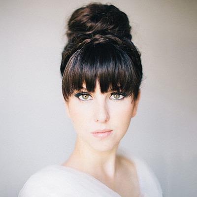 Свадебная прическа с длинными волосами в пучке с челкой
