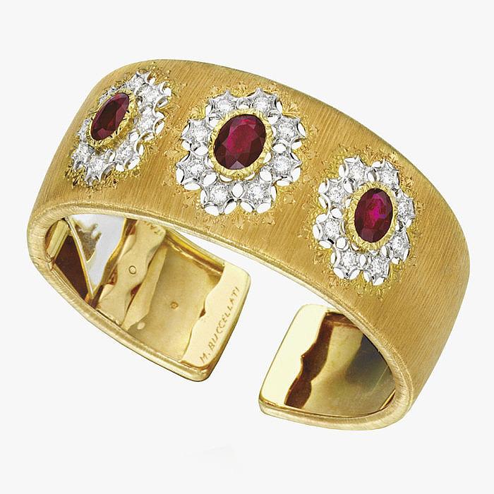 Широкий золотой браслет с рубинами и бриллиантами от Buccellati