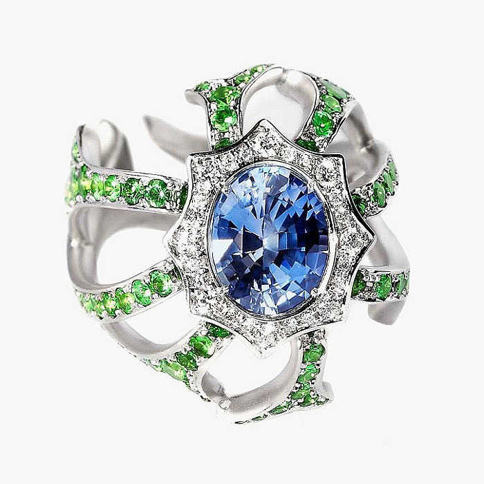 Кольцо «Паук» с сапфиром, бриллиантами и цаворитами от Mousson Atelier