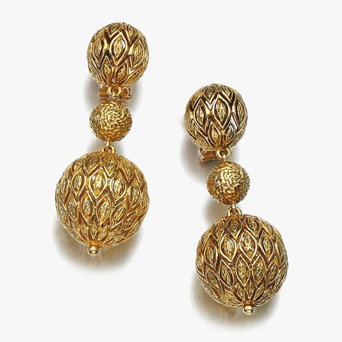 Пара золотых серег от Van Cleef & Arpels