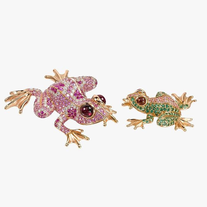 Броши-кулоны в виде лягушат с бриллиантами, родолитами, сапфирами и гранатами от Goldiaq