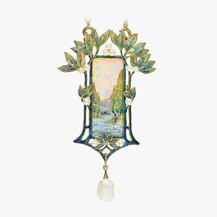 Колье с подвеской, украшенной опалом, эмалью и жемчугом от Georges Fouquet