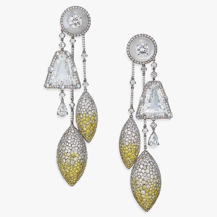 Стильная пара серег с бесцветными и цветными бриллиантами от Wallace Chan