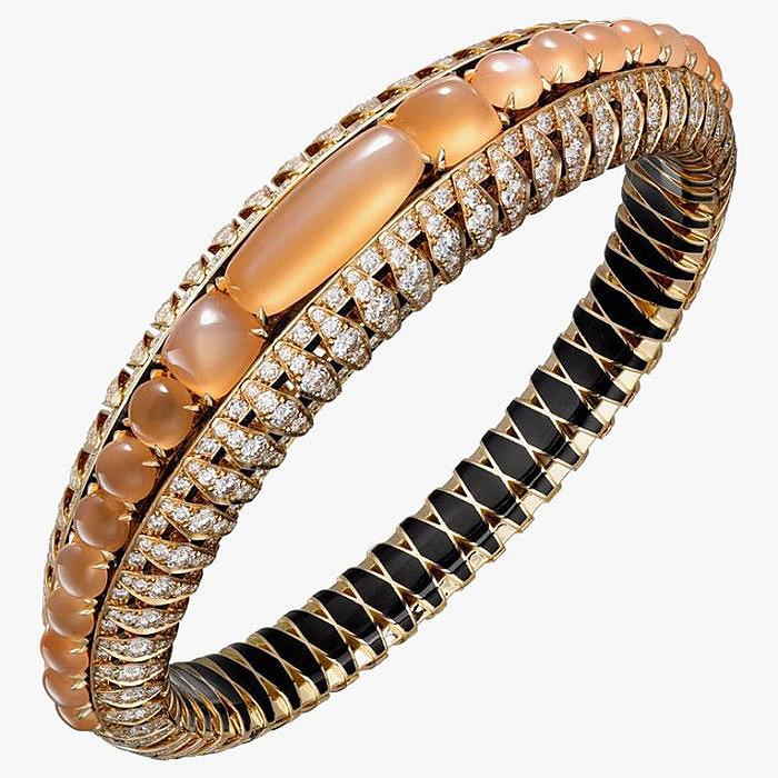Браслет с лунными камнями, эмалью и бриллиантами от Cartier