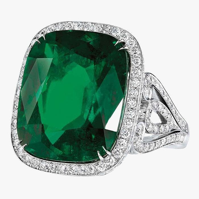 17-каратный изумруд и бриллианты в платиновом кольце от Garrard