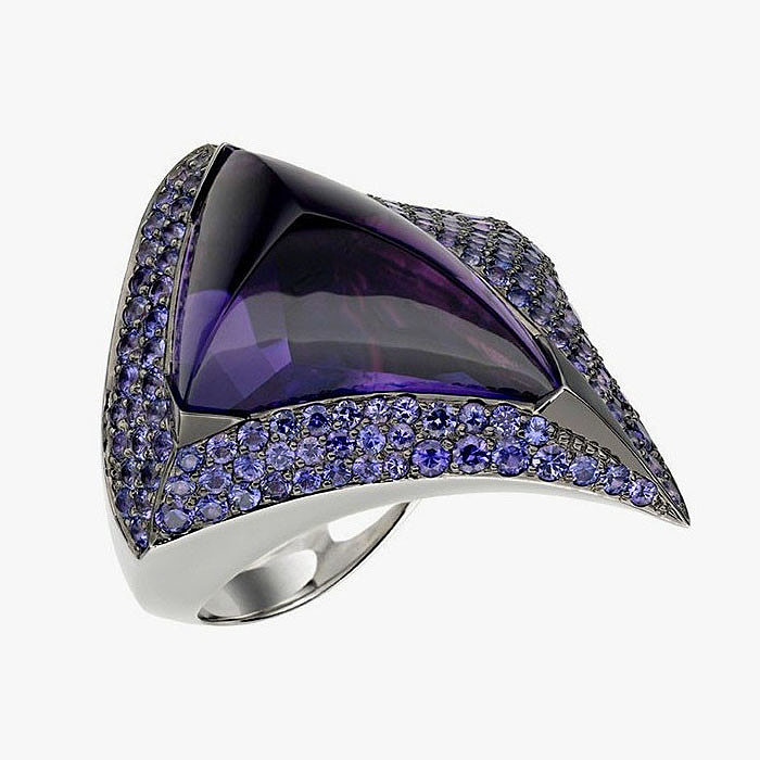 Кольцо Luna от Shaun Leane: белое золото, аметист и сапфиры.