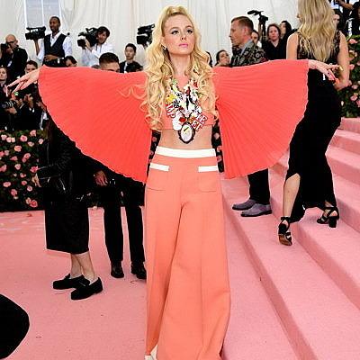 Эль Фаннинг в платье в стиле 60-х от Miu Miu и кольцах от Tiffany & Co