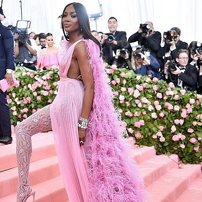 Наоми Кэмпбелл пришла в розовом наряде от Valentino