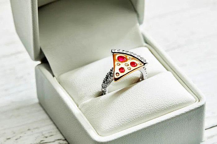 Обручальное кольцо с кусочком пиццы Domino's