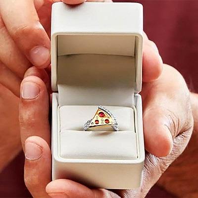 Обручальное кольцо Domino's с пиццей из золота