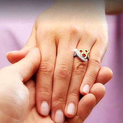 Кольцо Domino's с пепперони из рубинов