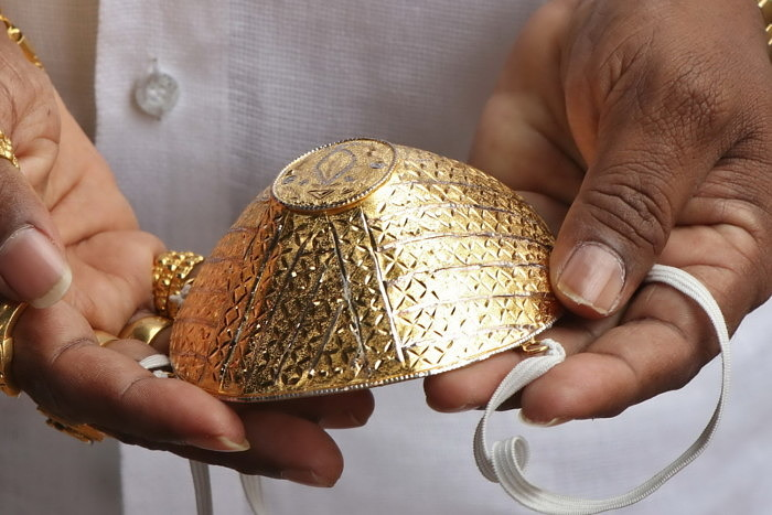Миллионер из Индии приобрел золотую «медицинскую» маску