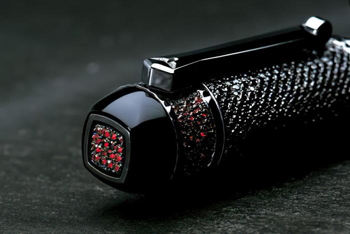 Самая дорогая ручка покрыта черными бриллиантами ирубинами